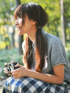 蓝色格子长裙森系美女户外感受自然的清新魅力图片