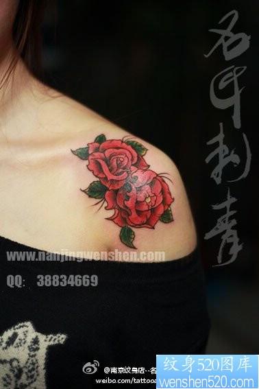 女孩子肩膀处漂亮时尚的玫瑰花纹身图片图片