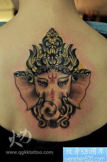 女人背部潮流漂亮的象神纹身图片图片