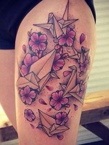 花瓣与千纸鹤的性感腿部纹身图片