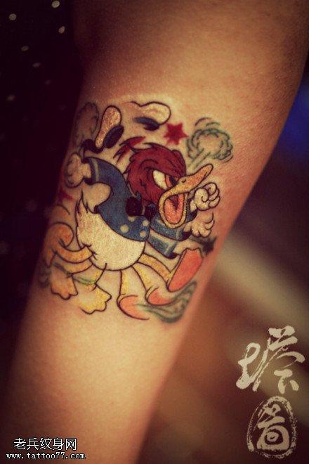 手臂彩色黄小鸭纹身图案