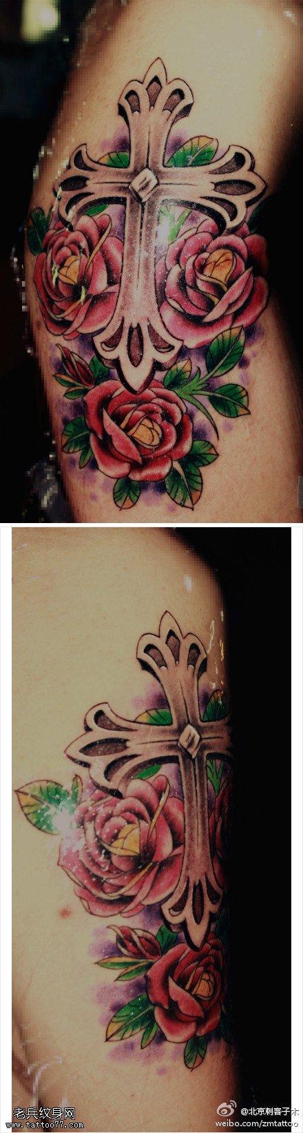 美丽肃穆鲜花十字架纹身图案图片