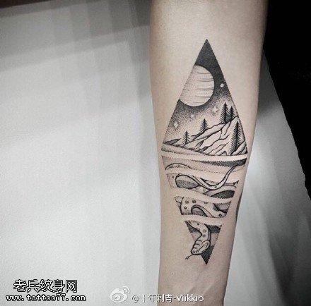 手臂上的沙漠蛇纹身图案