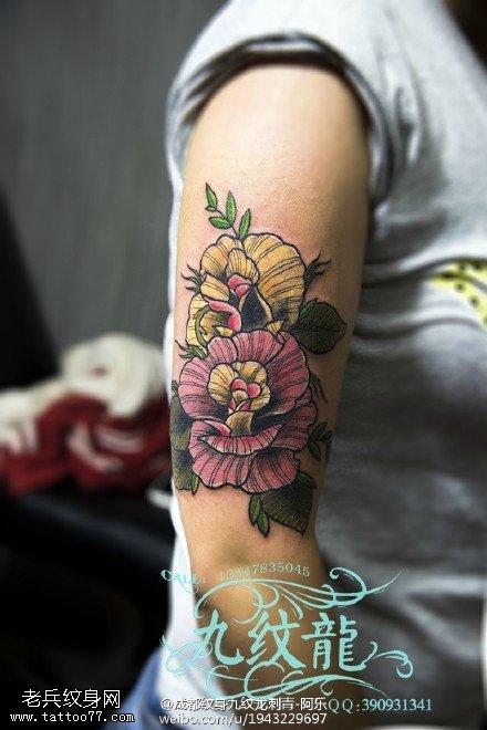 肩部彩色花卉纹身图案