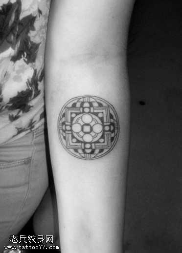 手臂内侧圆形图腾纹身图案