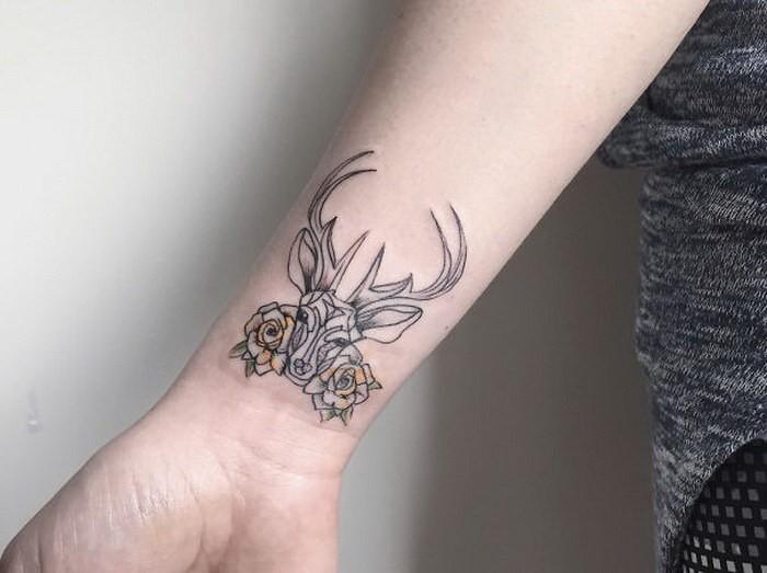 手腕黑色线条鹿头与花朵纹身图案