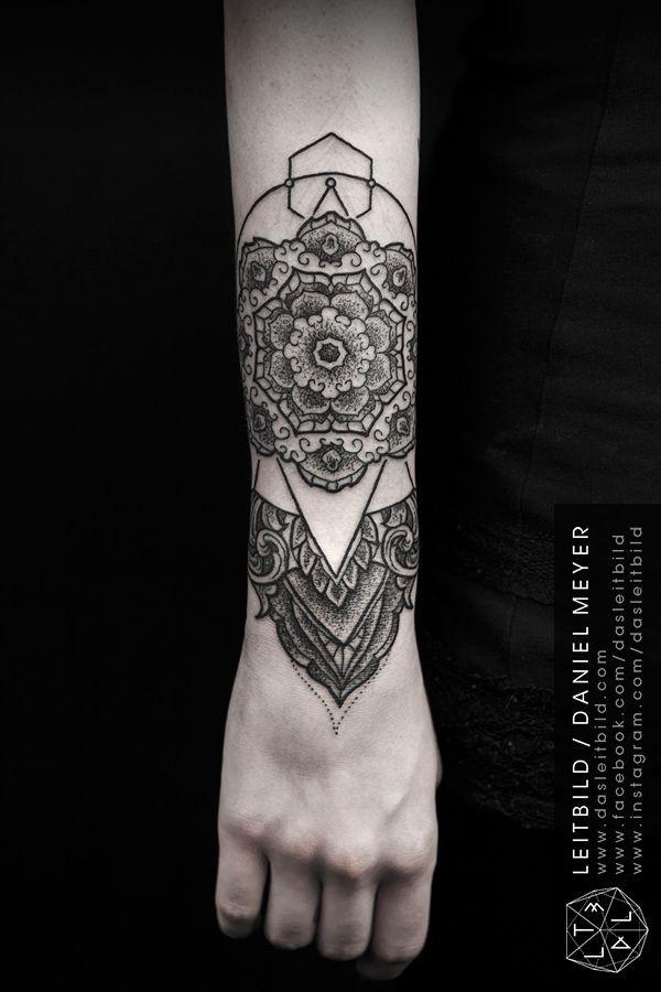 手臂黑白点刺花型盔甲纹身图案
