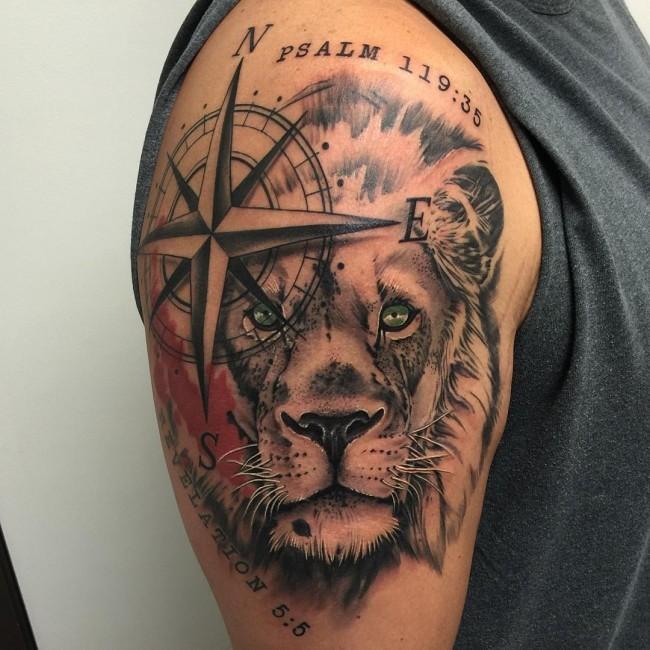 肩部不寻常的导航星和狮子头纹身图片