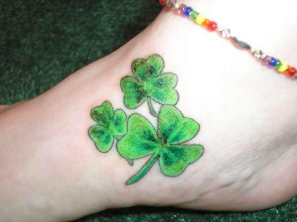 三片绿色爱尔兰三叶草纹身图案