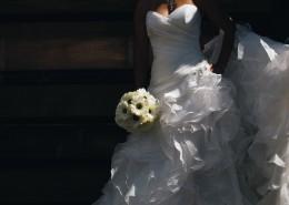 新娘拿着鲜花的图片_10张