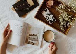 一边看书一边喝咖啡的女孩图片_12