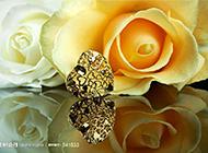 唯美的心形首飾與黃玫瑰攝影圖片