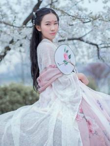 樱花树下的明艳古装美女温婉恬静