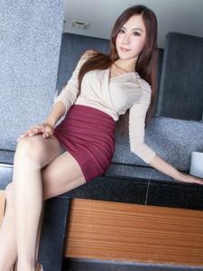 浴缸里高雅性感的超短裙美女Dora白皙美腿甜美动人