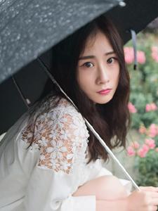 大眼萌妹雨季户外休闲浪漫写真