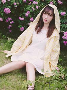 清纯高挑少女花丛写真浪漫可人