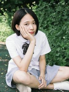校园内的短发漂亮美女青春活泼