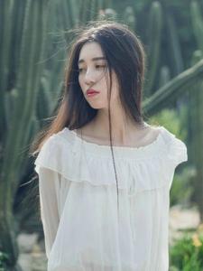植物园内的中分女神白裙高雅气质