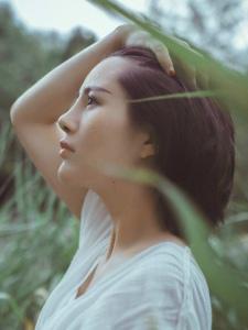短发素雅平安彩票app绿草处自然美丽