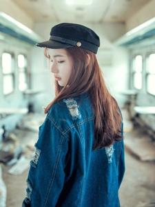 破旧列车上的牛仔少女孤独思念