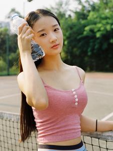 运动场的性感小蛮腰网球美女