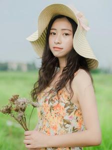 綠茵草地上的草帽少女意境唯美