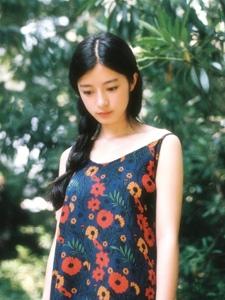 夏日绿丛处的吊带裙温婉美女文雅大方
