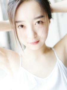 陽光下的大眼萌妹皮膚白皙清新可愛私房寫真