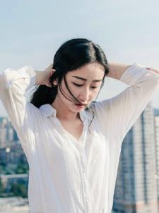 天台上的白衬衫温润平安彩票app自然随性