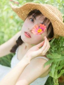 花海中的气质女神如花朵般艳丽