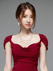 妩媚嫩模红裙修身美艳动人娇躯