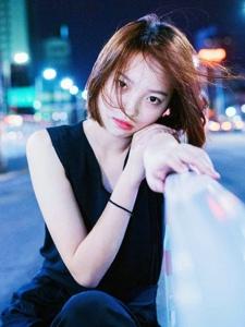 夜晚街头上的短发姑娘率性写真