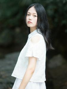 小溪上的白裙气质平安彩票app安静养眼动人