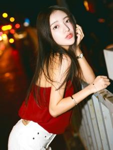 夜晚街头上的吊带红衣艳丽美女率性动人
