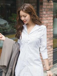街头上的白衬衫美女随性魅力散发