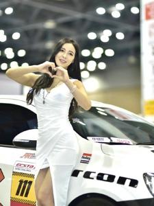 高挑車模白色連衣裙豐滿曲線婀娜多姿