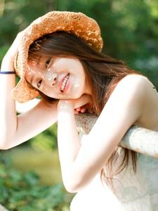 森林陽光下的草帽高顏值美女笑臉可人