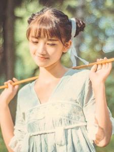荒野處的可愛少女蜻蜓網嬌美可人