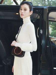 奚梦瑶白色针织高领上衣搭配同色百褶裙轻盈又温暖