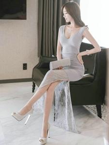一襲長裙若隱若現的美腿完美的襯托出模特的氣質