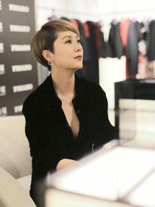 海清一袭黑色连身裤装十分抢眼深V设计颇为性感