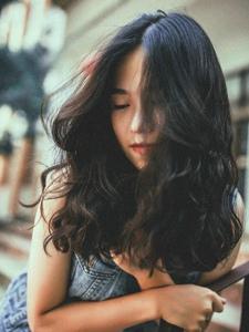 忧郁气质卷发平安彩票app自然随性写真