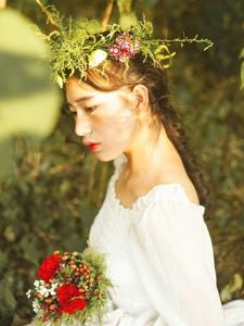 阳光下的花环女神气质美丽动人