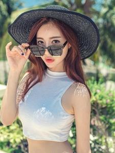 草帽墨鏡美模花瓣裙氣質非凡夏日陽光寫真