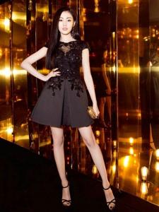 张天爱身穿一身黑色收腰连衣裙亮相欧莱雅晚宴