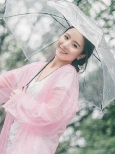 雨天內的元氣少女笑臉可人吸睛寫真