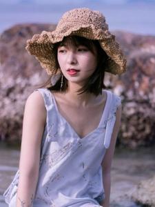 海岸边的草帽平安彩票app柔美可人写真