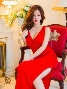 美艳高挑模特性感红艳裙美胸微露坐在椅子上明艳动人