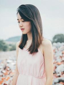 廢墟中的粉色美背裙氣質美女養眼寫真