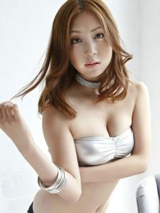 博人眼球轻熟女辰巳奈都子粉嫩内衣养眼巨乳写真